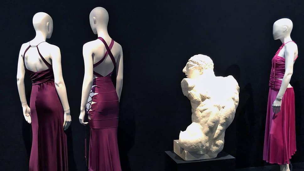 Наряженные манекены показывают на выставке свои спины символистским скульптурам Антуана Бурделя