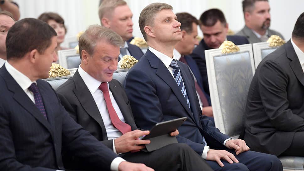 Герман Греф все время находится в двух реальностях: в той, которую создает Владимир Путин, и в той, в которой он хотел бы находиться сам