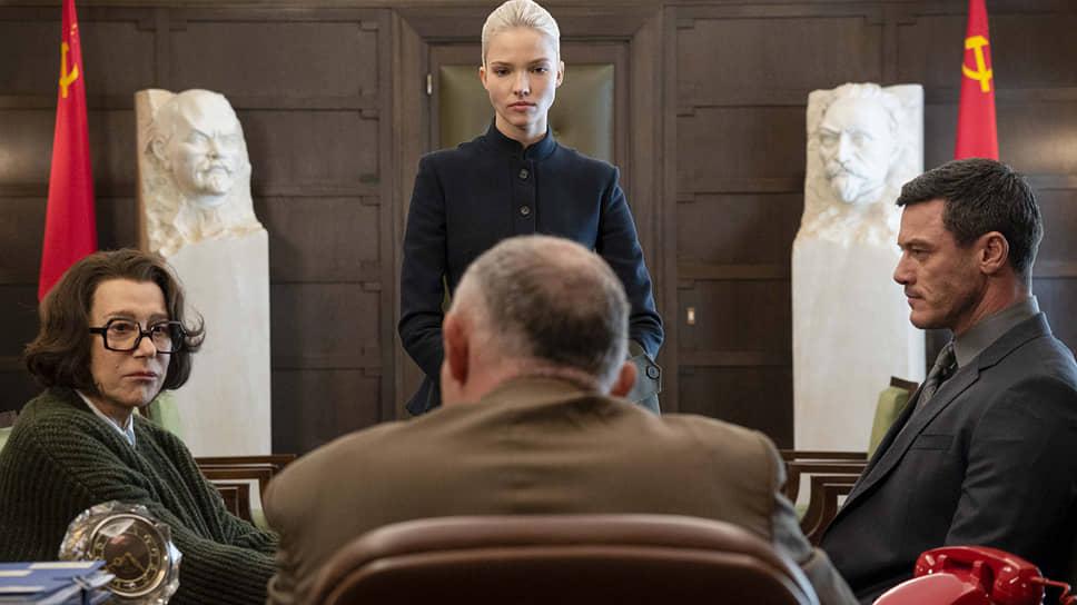 Роковая блондинка Анна (Саша Лусс) на хорошем счету у своей начальницы из КГБ, которую играет Хелен Миррен (слева)