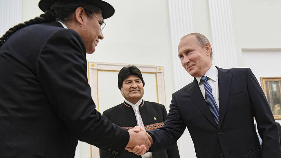 Министр иностранных дел Боливии Диего Пари Родригес, в отличие от Владимира Путина и Эво Моралеса, оказался с косой