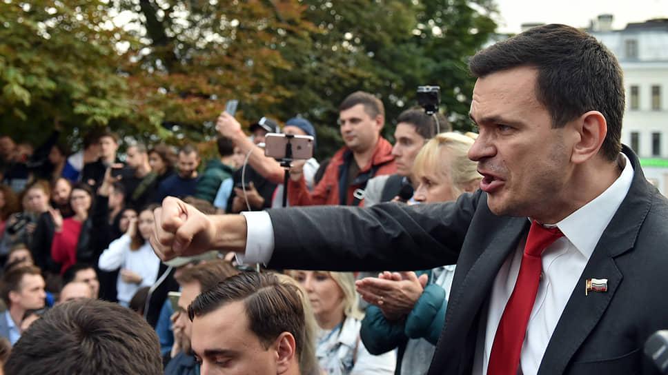 Илья Яшин сообщил сторонникам, что больше не участвует в выборах в Мосгордуму, но будет «стоять до конца»