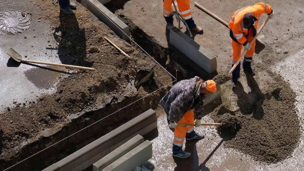 Чиновники обещают, что километры нового бордюра повысят «транспортно-эксплуатационные показатели объектов улично-дорожной сети»