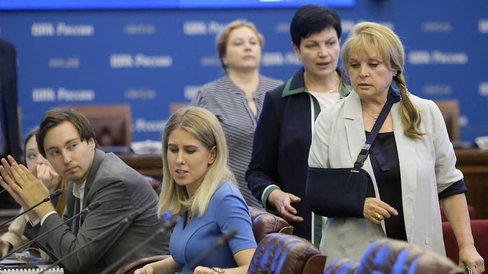 Вышедшая с больничного Элла Памфилова (справа) приняла жалобы от голодающей в знак протеста против отказа в регистрации на выборах Любови Соболь (в центре) и ее товарищей (на заднем плане — Иван Жданов)