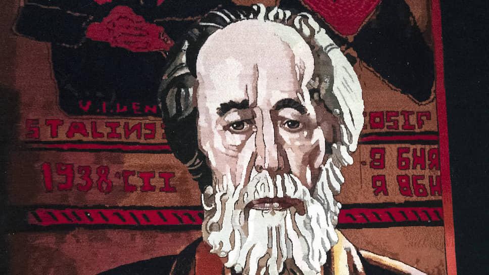 Ковер художника Таира Салахова «Красное колесо» вместил в себя еще один ковер образца 1938 года