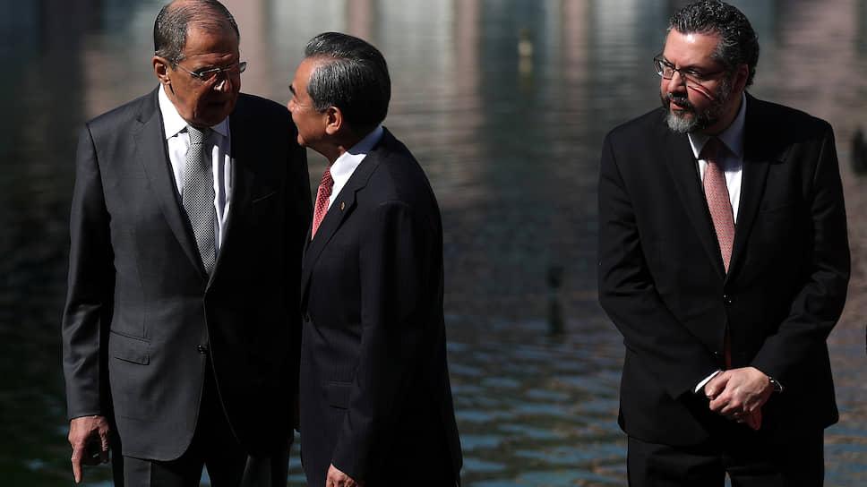 Власти Бразилии (справа министр иностранных дел Эрнесту Араужу) смягчили свою позицию по БРИКС и пока не собираются выходить из организации