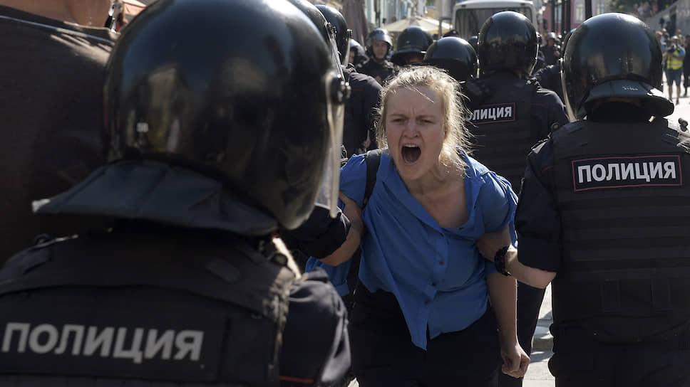 Москвичи и гости полиции / Кампания по выборам в Мосгордуму получила силовое сопровождение