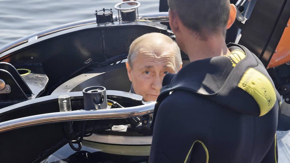 Владимир Путин уже не в первый раз ныряет в батискаф, так что кажется, что слился с ним