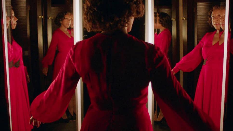 На экране «Маленькое красное платье» Питера Стрикленда