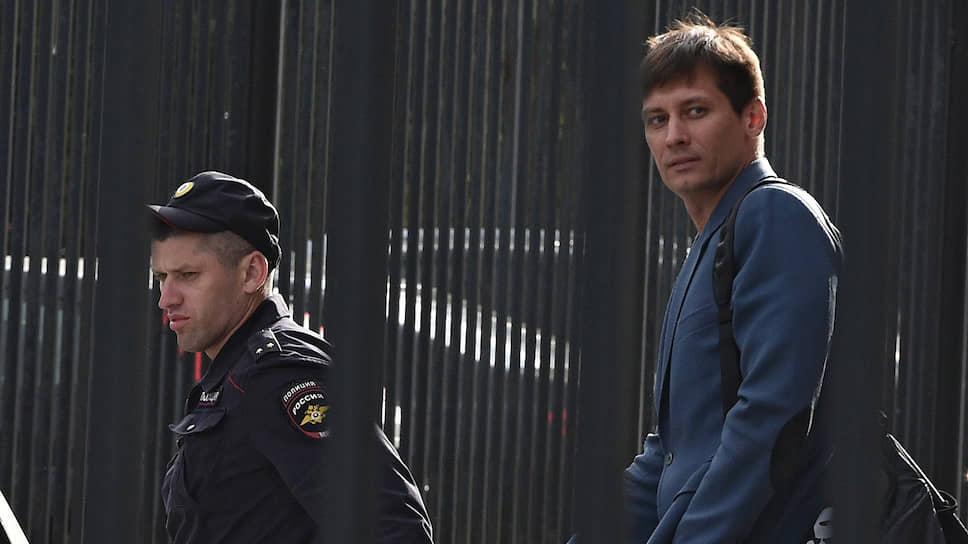 Вчера Тверской суд Москвы арестовал Дмитрия Гудкова на 30 суток за организацию несанкционированной акции 14 июля. Не исключено, что оппозиционера ждут новые обвинения