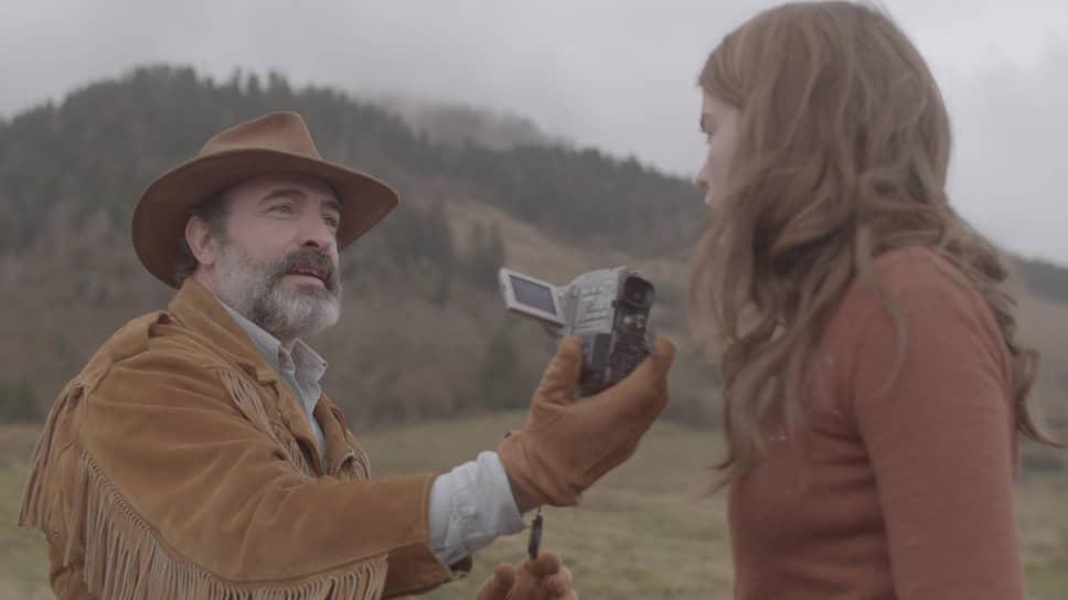 Комедия не разваливается исключительно благодаря Жану Дюжардену, который играет хозяина фасонистой куртки-убийцы