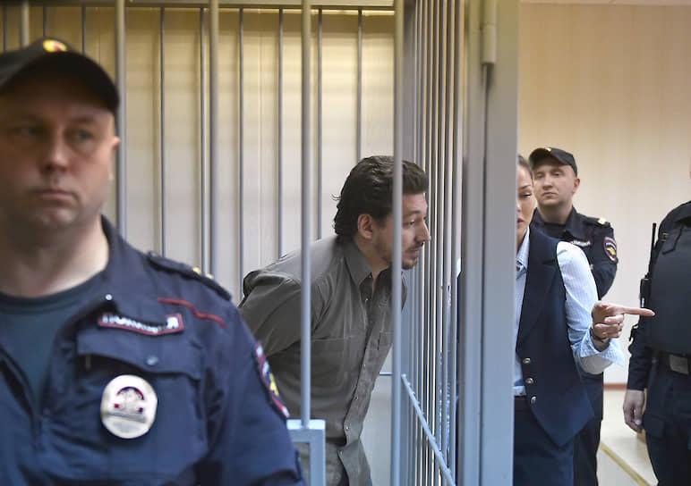 Даже росгвардеец, которому Кирилл Жуков (в центре) попытался на митинге поднять забрало шлема, не посчитал это насилием