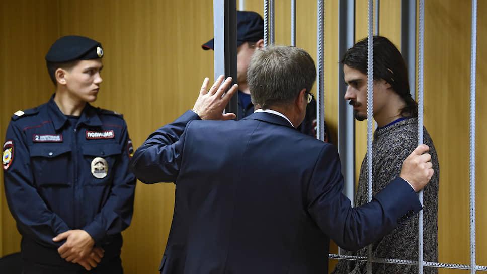 Иван Подкопаев (справа) не смог убедить суд, что нож и противогаз носит с собой для хозяйственных нужд