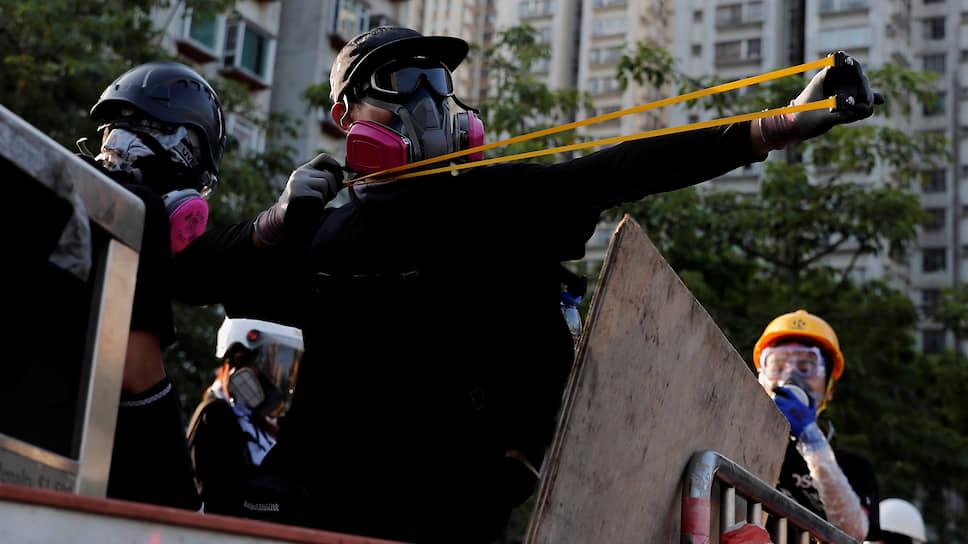 Протестующие осыпали полицейских камнями и кидали в них бутылки с зажигательной смесью. Те отвечали слезоточивым газом и резиновыми пулями. Было задержано 82 демонстранта