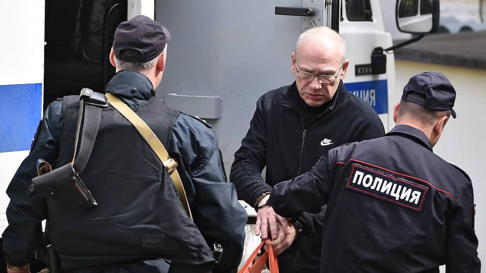 Экс-министр Подмосковья Алексей Кузнецов (в центре) пожаловался в суде на то, что его по-прежнему держат под арестом, хотя он никогда не мешал расследовать его дело