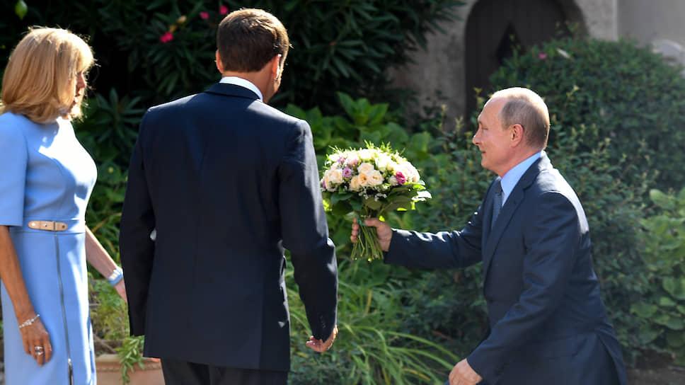 Владимир Путин издалека начал дарить Брижит Макрон букет