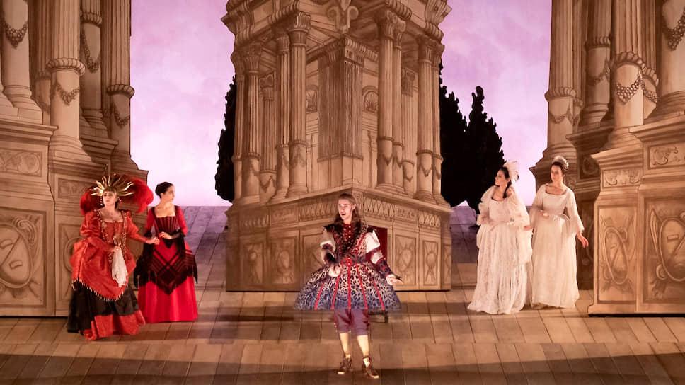 В спектакле Сигрид Т'Хоофт и декорации, и костюмы, и жесты, и даже свет воспроизводят театральную практику XVIII века