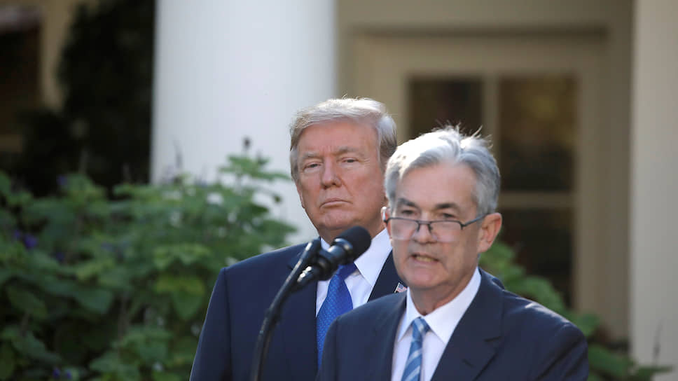 Президент США Дональд Трамп и глава ФРС Джером Пауэлл (справа)