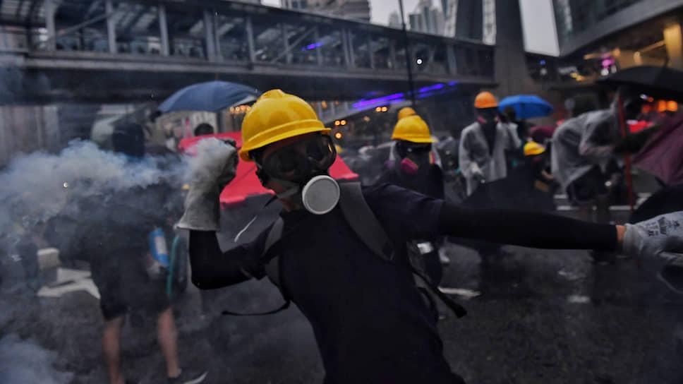Вот уже около трех месяцев сотни тысяч молодых людей в черной одежде, желтых касках и респираторах выходят на улицы и бьются с полицией, отстаивая особый статус Гонконга