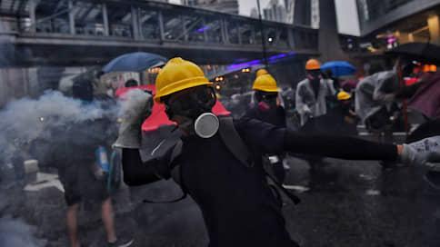 """«Если нам суждено сгореть — они сгорят вместе с нами»  / Корреспондент """"Ъ"""" передает с охваченных беспорядками улиц Гонконга"""