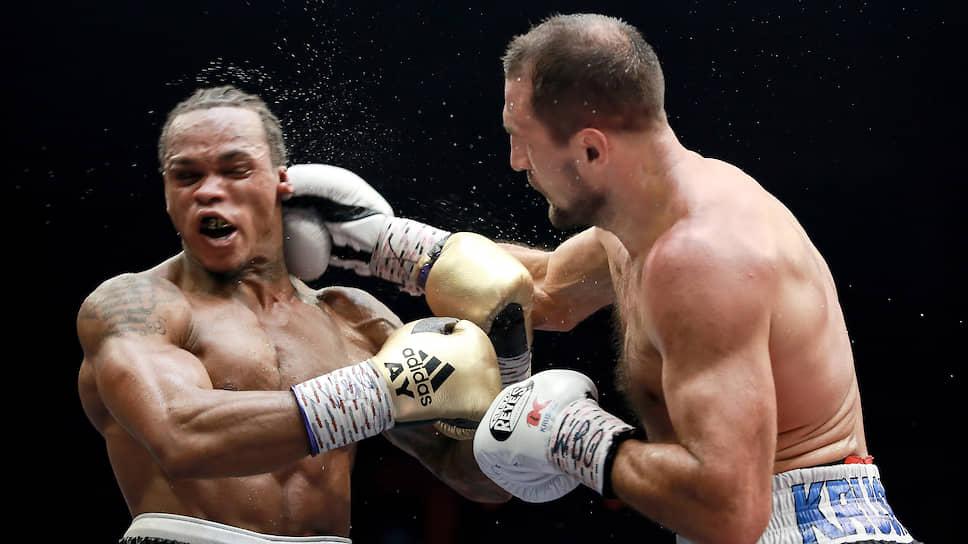 Попав в критическую ситуацию в восьмом раунде, Сергей Ковалев (справа) тем не менее смог нокаутировать Энтони Ярда