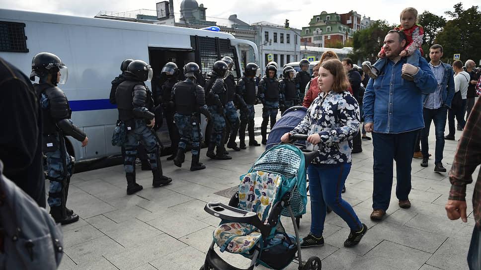 Петр Хомский (в центре) заявляет, что неслучайно оказался на прогулке 3 августа, но утверждает, что несанкционированной акцией она не была