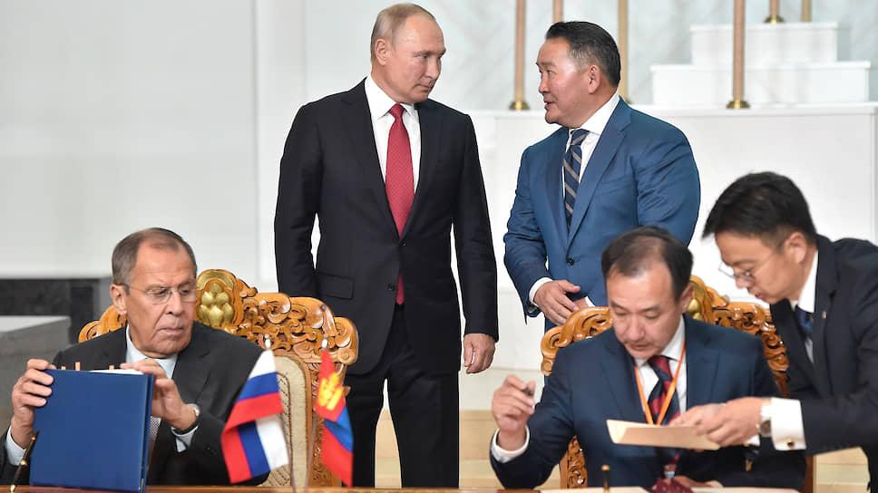 По итогам переговоров президентов РФ и Монголии Владимира Путина и Халтмаагийна Баттулги (на заднем плане) было подписано 11 документов, в том числе договор о дружественных отношениях и всеобъемлющем стратегическом партнерстве