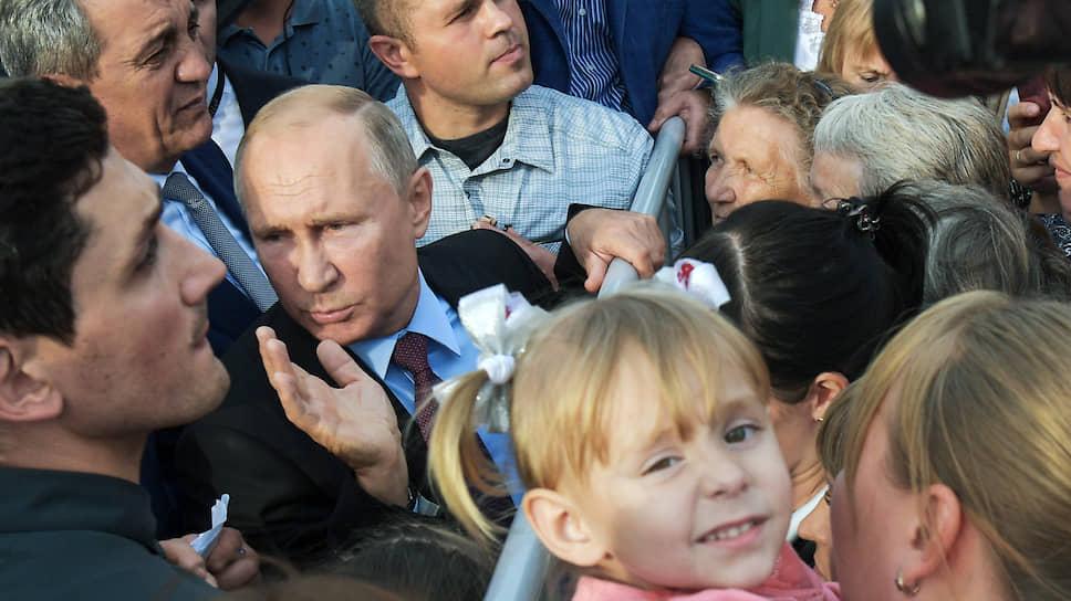 Президента России Владимира Путина в Иркутскую область. Президент России Владимир Путин (второй слева) во время встречи с жителями Тулуна