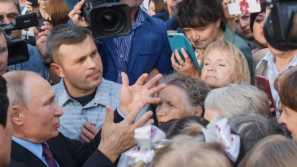 Владимир Путин несколько раз в этот день по своей воде оказывался среди людей