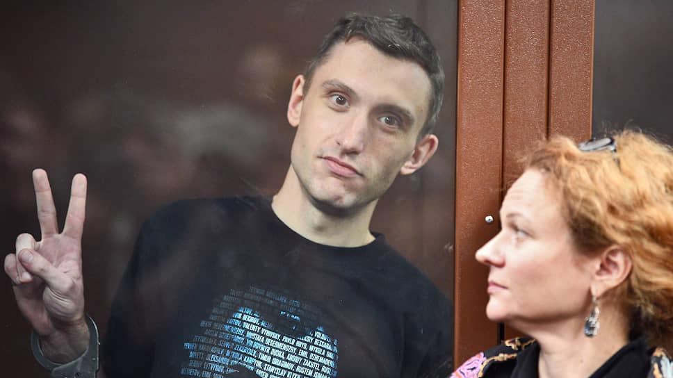 Адвокат Мария Эйсмонт (справа) не смогла убедить суд не применять к Константину Котову редкую статью Уголовного кодекса