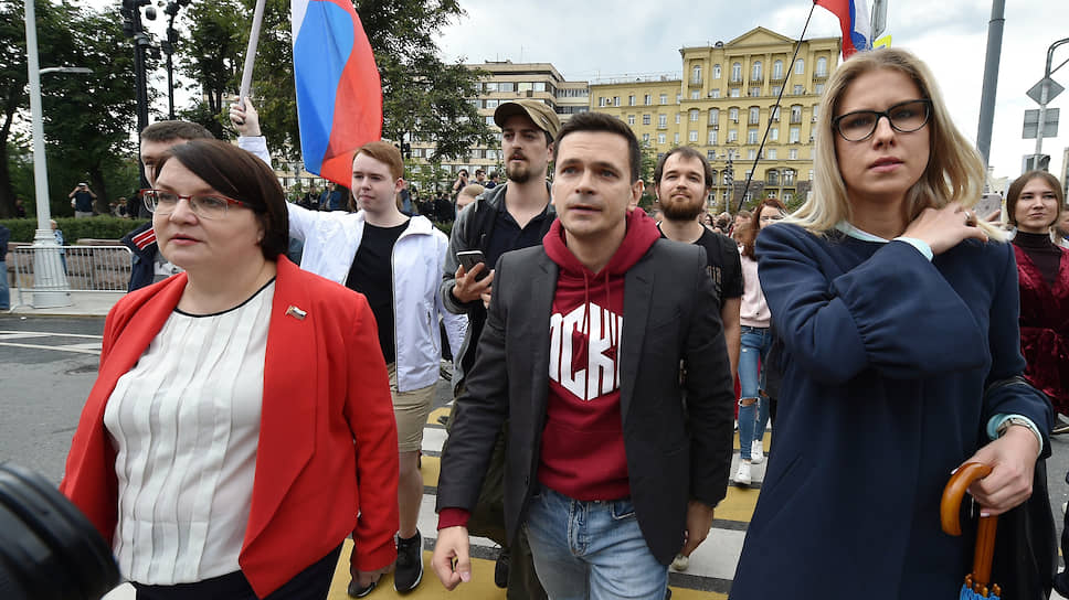 Незарегистированные кандидаты на выборах в Мосгордуму, слева направо: Юлия Галямина, Илья Яшин, Любовь Соболь