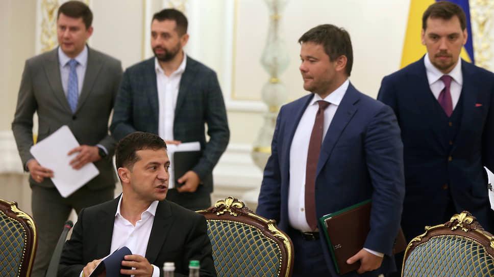 Слева направо: президент Украины Владимир Зеленский, глава администрации президента Украины Андрей Богдан и премьер-министр Украины Алексей Гончарук