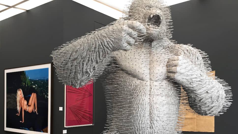 Современное искусство врывается в антиквариат трехметровым Кинг-Конгом (работа Дэвида Мача в галерее Jerome Zodo)