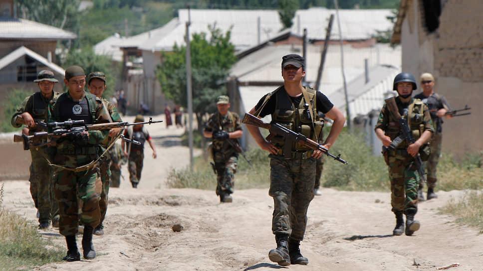 В Бишкеке утверждают, что конфликт бы спровоцирован военнослужащими Таджикистана, а в Душанбе ответственность возлагают на киргизских пограничников (на фото)