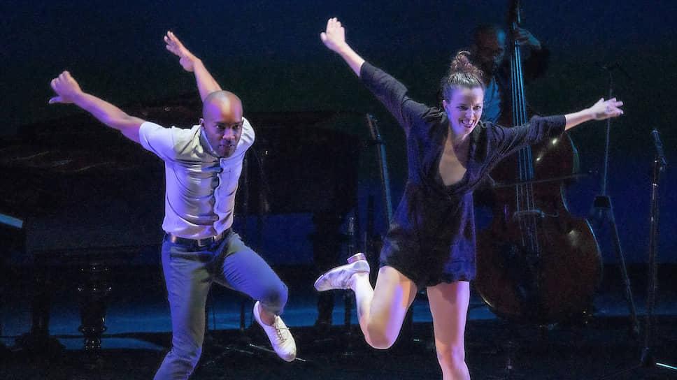 Беспримесный степ — лучшее в спектаклях Мишель Дорранс (справа) и ее солистов