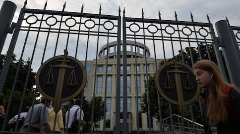 Положительных характеристик хватило для выхода из СИЗО  / Обвиняемых во взятках таможенников отпустили под домашний арест