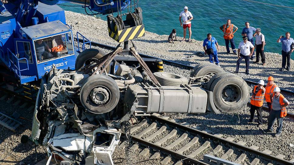 Каждый год в России происходит несколько сотен столкновений автомобилей с поездами