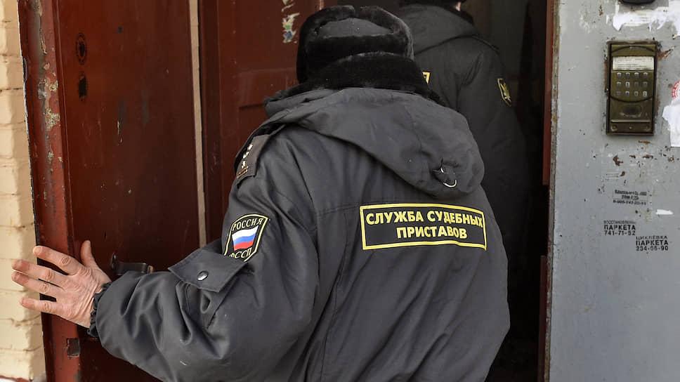 Приставам открывают доступ в квартиры / Минюст предлагает наделить их правом проверять перепланировку жилья со взломом