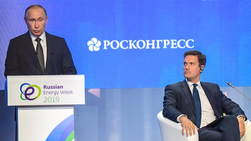 В этот день на пленарном заседании дискуссия в какой-то момент прочно превратилась в вопросы модератора Кира Симмонса и в ответы Владимира Путина
