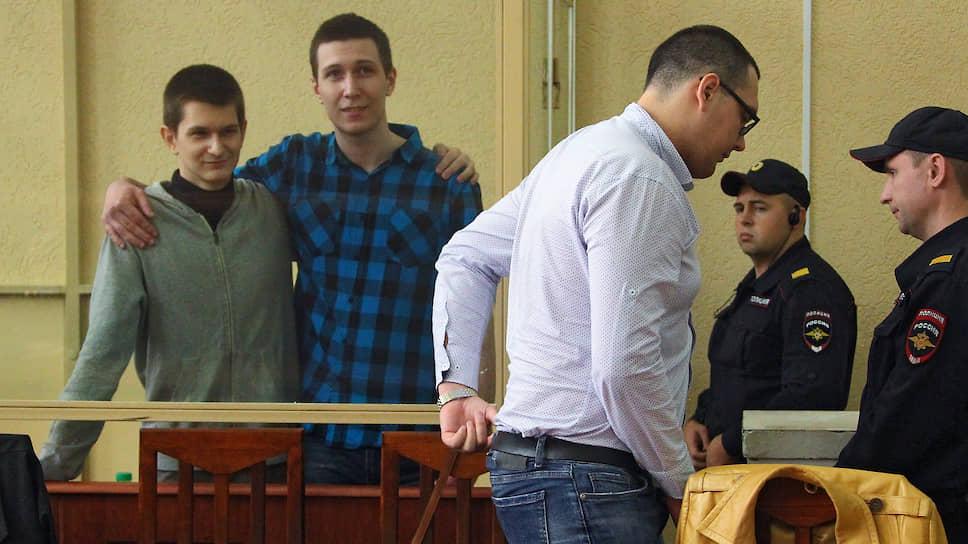 Обвиняемые по делу о «Telegram-революции» Владислав Мордасов (второй слева), Ян Сидоров (слева) и Вячеслав Шашмин