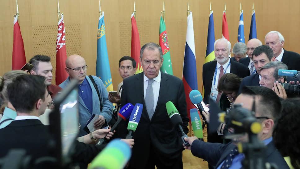 Министр иностранных дел России Сергей Лавров (в центре)