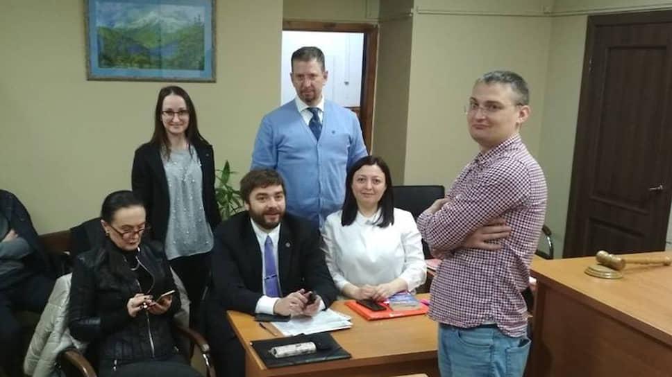 Адвокат Михаил Беньяш (стоит справа)