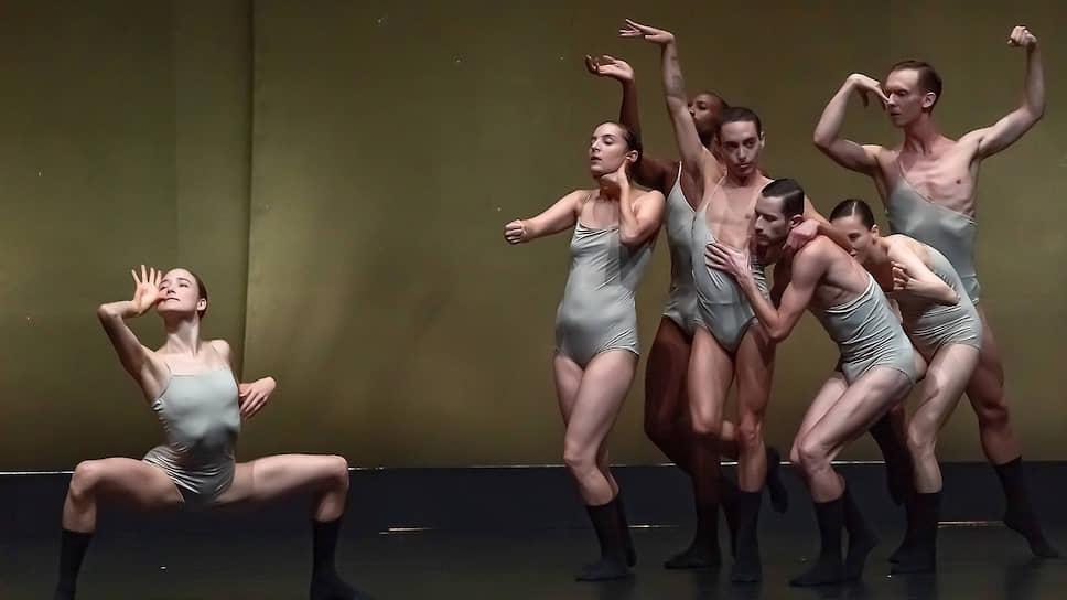 У Шарон Эяль каждый танцовщик разительно не похож на остальных и каждый ведет партию на собственный лад
