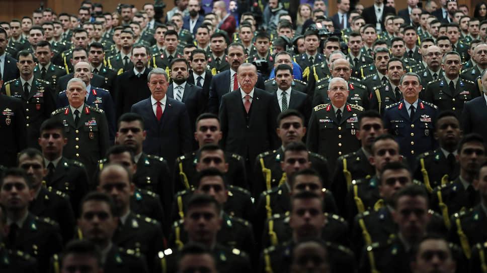 Введенные Вашингтоном санкции не способны заставить турецкую армию во главе с президентом Реджепом Тайипом Эрдоганом (в центре) отказаться от военной операции в Сирии