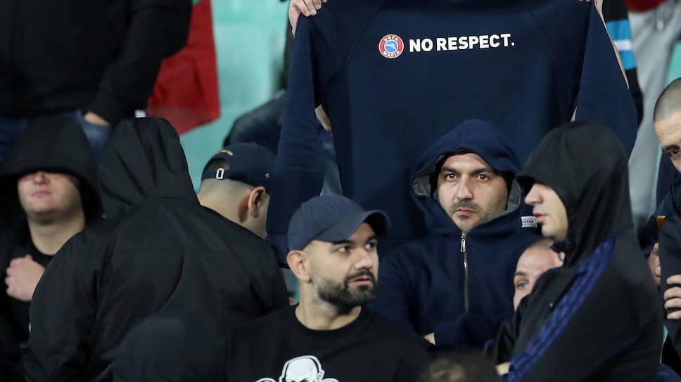 Во время софийского матча невозможно было не заметить и не услышать группу болгарских фанатов, пришедших на стадион, кажется, только для того, чтобы оскорбить соперников