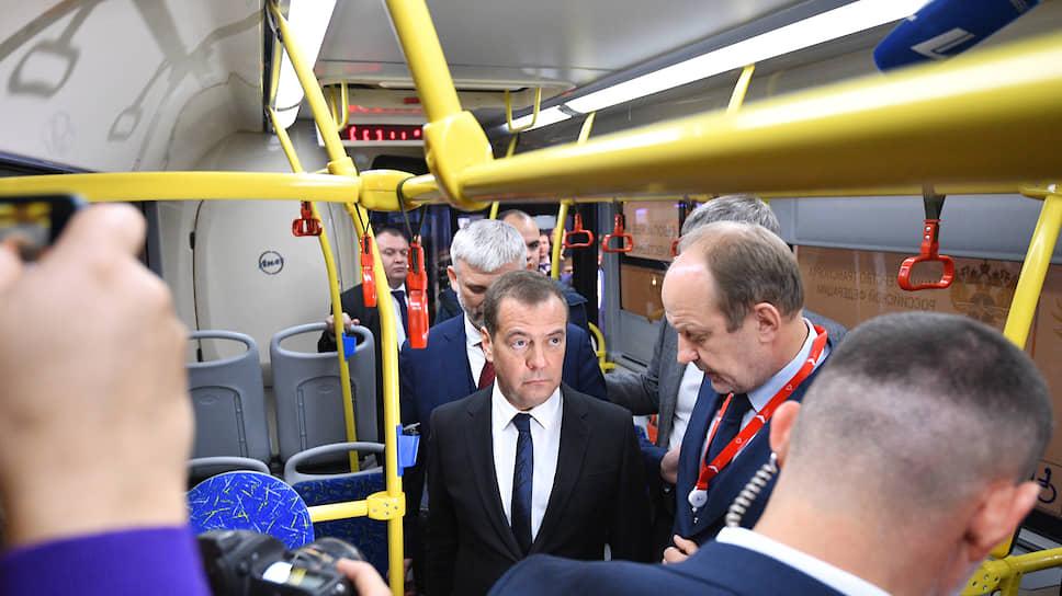 На открывшейся в Екатеринбурге выставке «Дорога-2019» главе правительства Дмитрию Медведеву показали, на чем граждане будут ездить по безопасным и качественным дорогам будущего