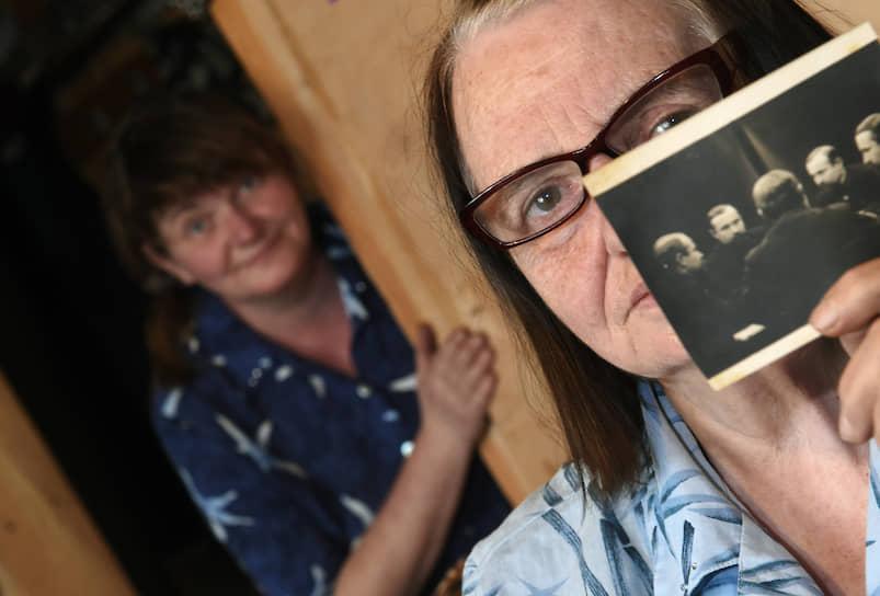 Семейные фотографии — самое ценное, что есть у Елизаветы Семеновны (справа) и ее дочери Нины