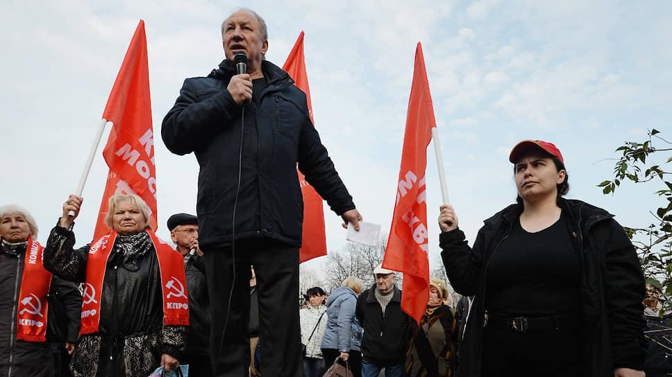 Глава московского горкома КПРФ Валерий Рашкин (слева) выступает против создания в районе ВДНХ более высокой обзорной площадки