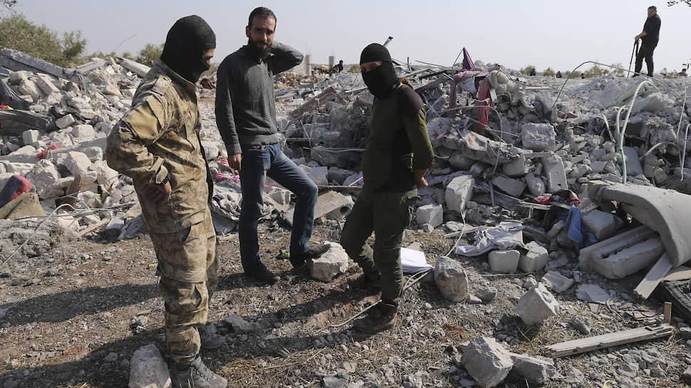 По утверждению Вашингтона, дом, где скрывался аль-Багдади, был уничтожен, а сам террорист попытался ускользнуть через тоннель, но оказался в тупике и взорвал на себе жилет смертника