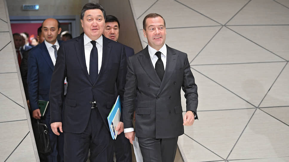 Председатель правительства России Дмитрий Медведев (справа) и премьер-министр Казахстана Аскар Мамин (в центре)