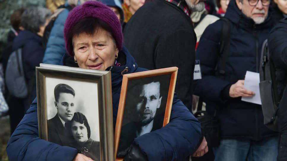Возле Соловецкого камня зачитывали список расстрелянных москвичей и вспоминали репрессированных родственников